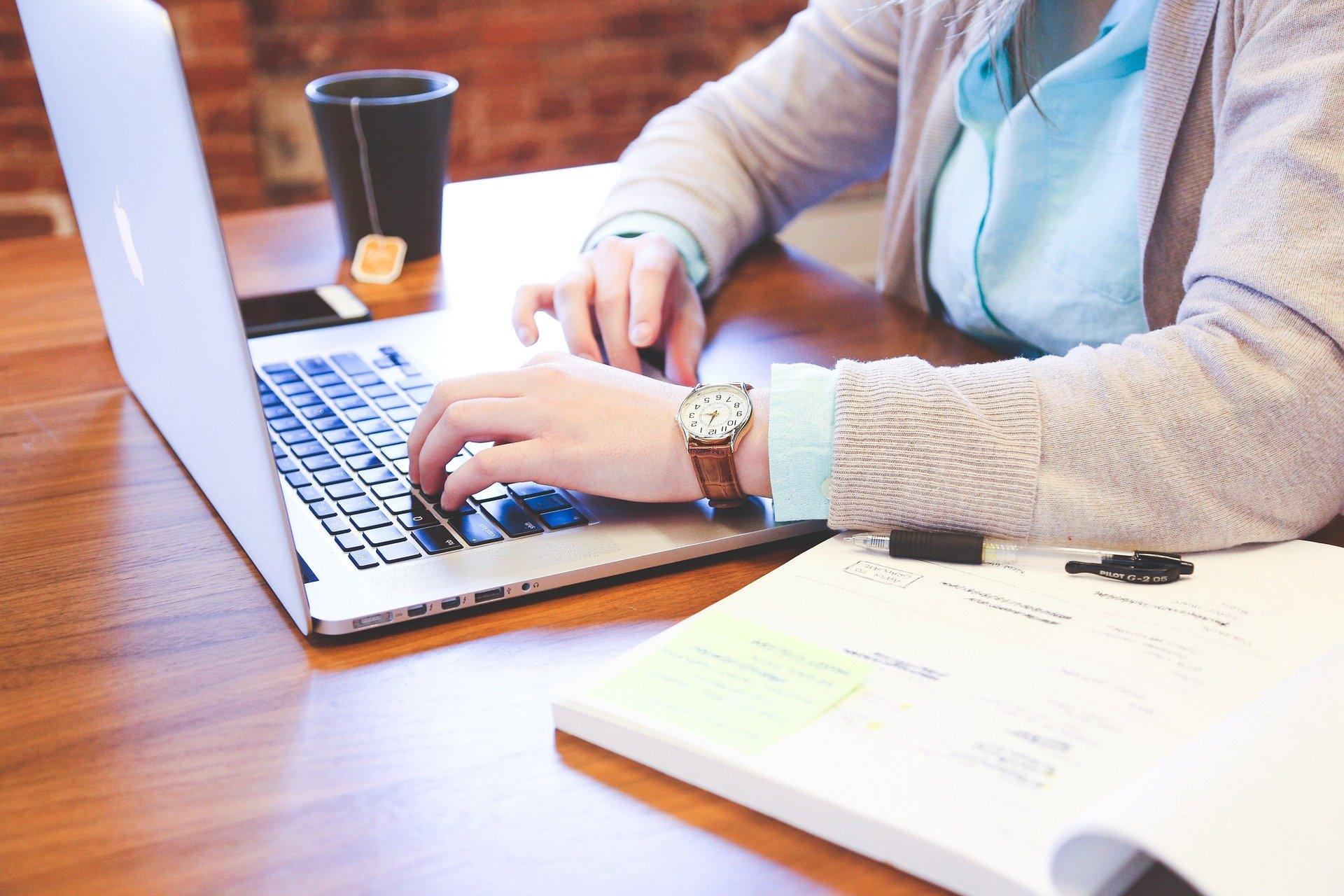 Une image contenant texte, table, assis, ordinateur  Description générée automatiquement