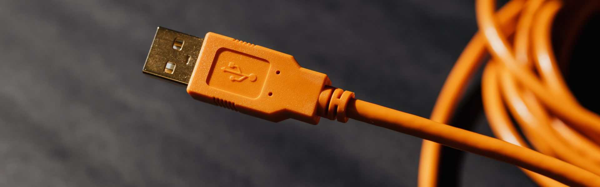 câble USB de couleur orange