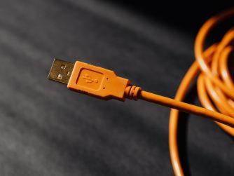 câble USB de couleur orange