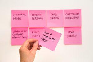 post-it roses sur un mur avec sujets marketing