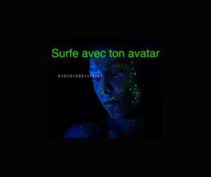 Surfe avec ton avatar. Femme avec peau bleu tacheté de vert fluo, de profil. de des1 et des 0 sortent de son regard.