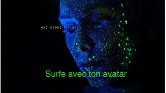 Surfe avec ton avatar. Femme avec la peau bleue tachetée de vert fluo, de profil. avec des chiffres 1 et 0 qui sortent de son regard.