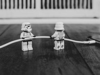 Deux StormTroopers en Lego branchent un cable de Mac